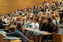 "Copyright: Barbara Frommann / Univeristät Bonn (<a class=""download"" href=""https://www.mnf.uni-bonn.de/fakultaet/gleichstellung/bild/SchnupperUni_2019_1.jpg/at_download/image"">Download</a>)"